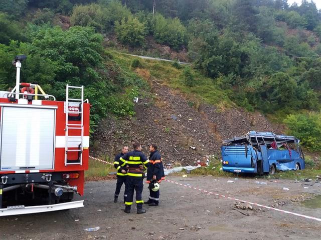Feuerwehrleute bei der Unfallstelle.
