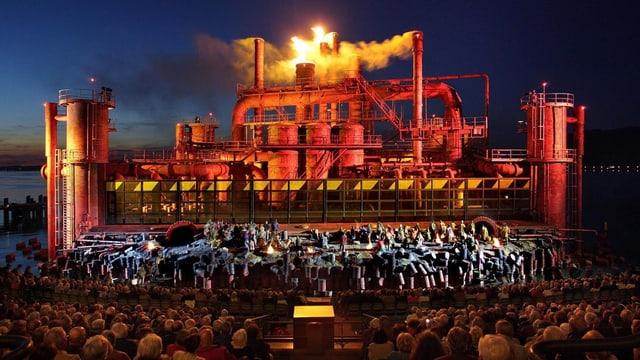 Das Bühnenbild von «Il Trovatore» ist eine Ölraffinerie.