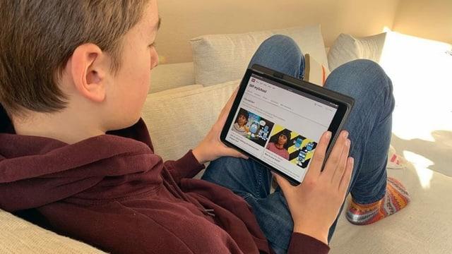 Kind schaut sich Lernvideos an