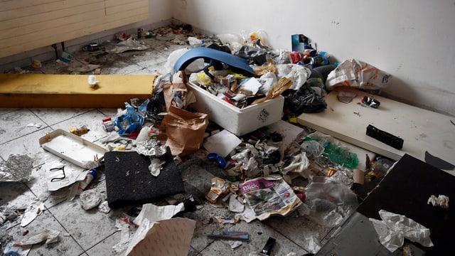Abfallberg, Zeitungen, Plastikbecher, Karton