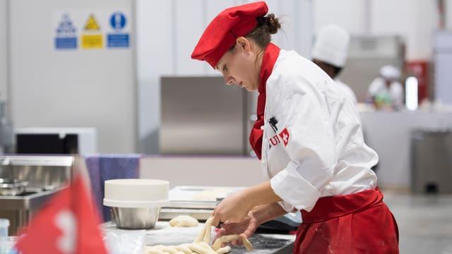 Bäckerin bei der Arbeit.