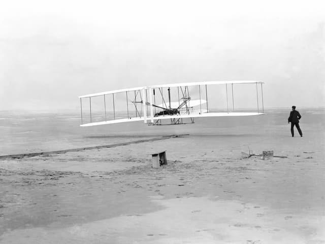 Das Foto vom ersten Start des motoriersieren und bemannen Wright-Flyers.