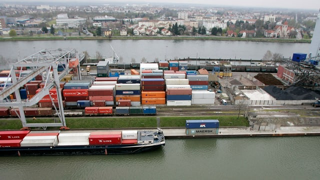 In bastiment da containers al port da Rain.