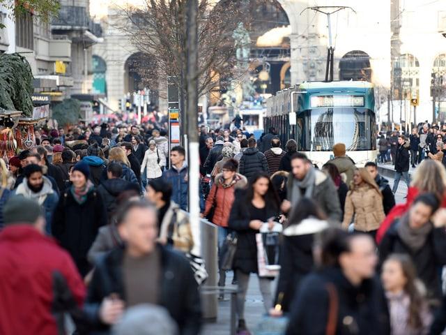 Hunderte Passanten schlendern an der Zürcher Bahnhofstrasse durch die Läden.