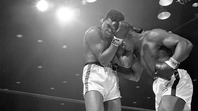 Ali und Liston im In-Fight beim Kampf 1964.