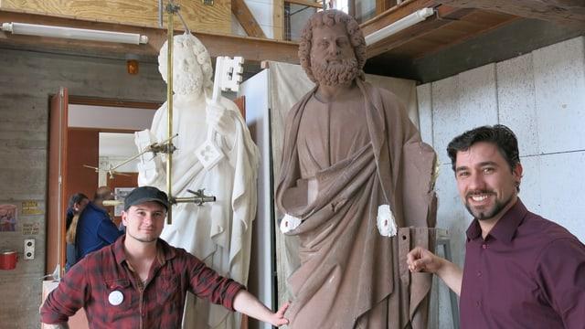 Halbtotale mit Steinmetz Gysin, Gipsabguss der Petrus-Statue, Original-Statue und Hüttenmeister Keller.