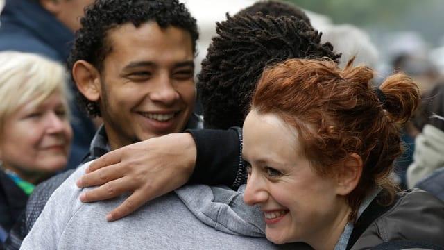 Mensche, die sich umarmen.