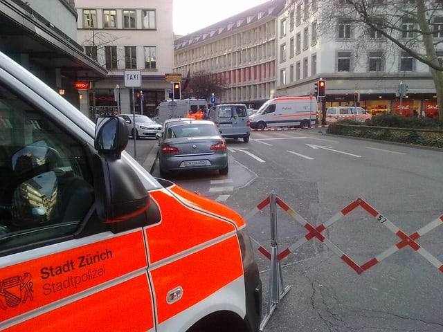 Polizeiauto cvor einer Absperrung.