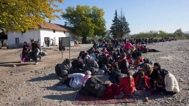 Ina gruppa da fugitivs en la Macedonia.
