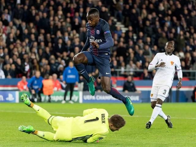 Il goli da l'FC Basilea Tomas Vaclik en acziun.