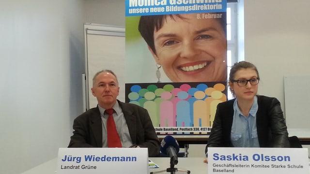 Jürg Wiedenmann und Saskia Olsson vor einem Plakat mit Monica Gschwind.