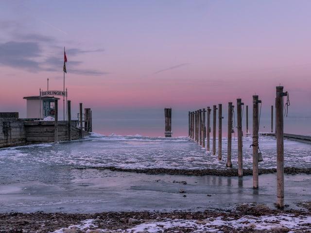 Ein Schiffssteg bei Berlingen, das Ufer ist gefroren.