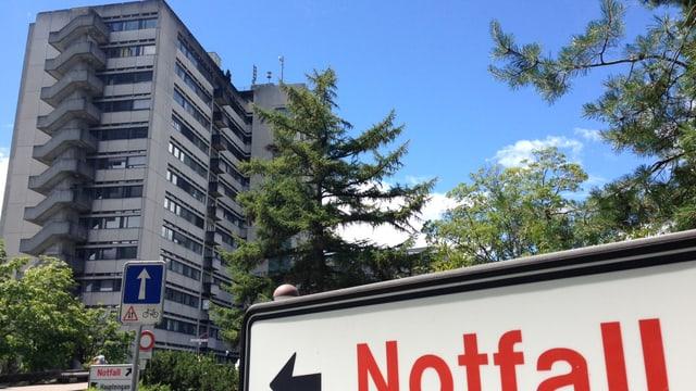 Bettenhochhaus des Bürgerspitals Solothurn, im Vordergrund ein Schild mit der Aufschrift Notfall.