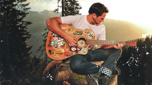 Trauffer mit Gitarre voller Stickers.