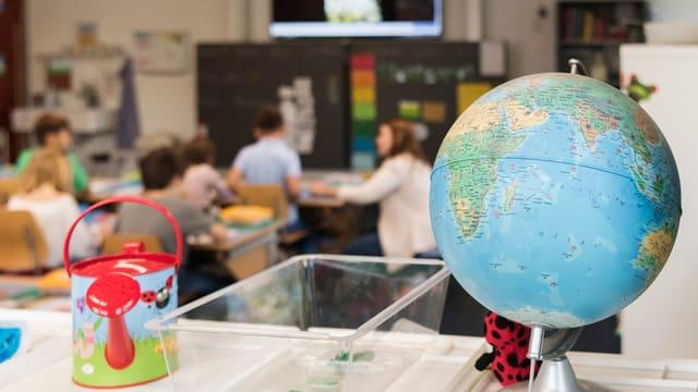 Ein Globus vor einem Klassenzimmer4