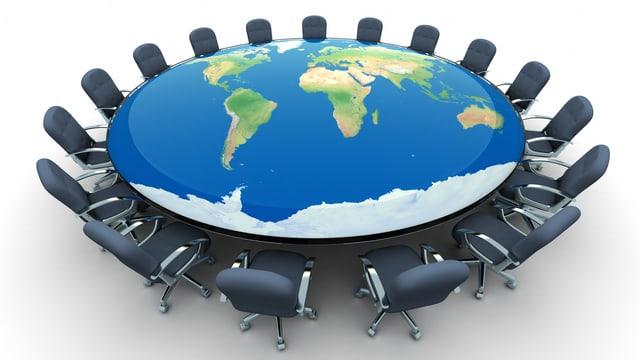 Weltkugeltisch mit Stühlen darum