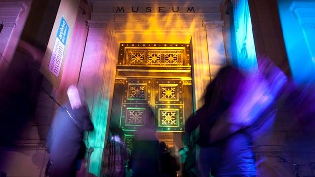 Viele Menschen vor dem Naturhistorischen Museum anlässlich der Museumsnacht.