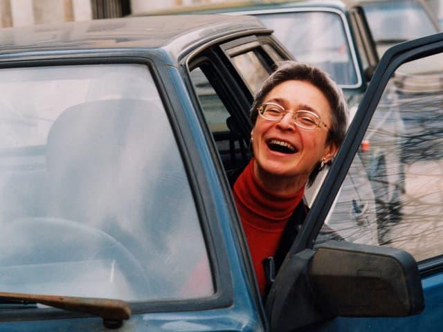 Politkowskaja schaut lachend aus ihrem Auto
