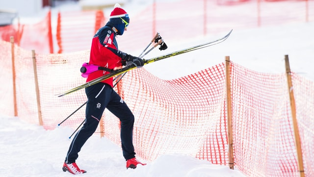 Petter Northug trägt seine Ski