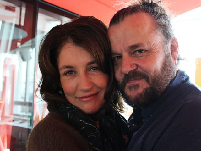 Sina und Büne Huber posieren fürs Foto.