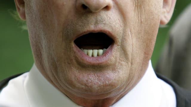 Geöffneter Mund eines Sängers