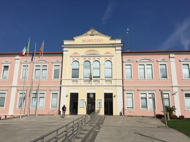 Blick auf den Eingang des Rathauses im italienischen Ort Rosà.