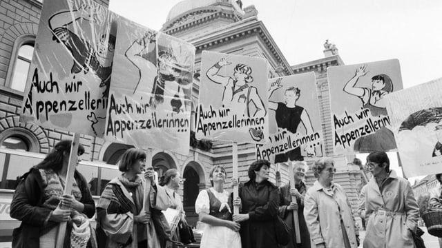 Protestierende Frauen vor dem Bundeshaus.