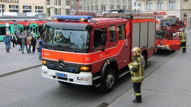 Feuerwehrauto auf dem Marktplatz.