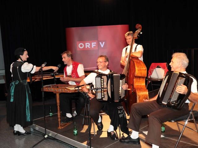 Ein Volksmusikformation auf der Bühne.