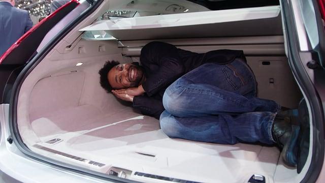 Video «Mitten im Genfer Autosalon» abspielen