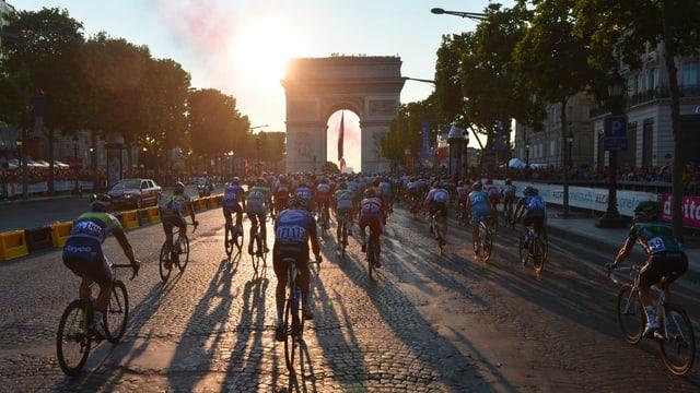 Die Tour de France auf den Champs-Elysées.