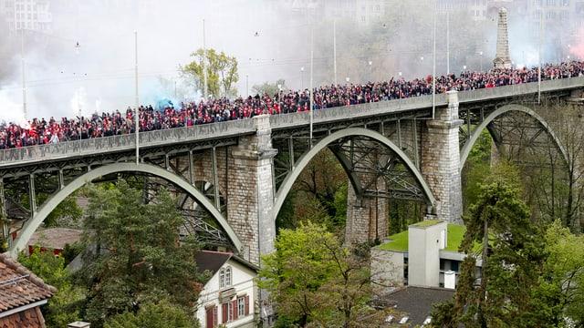 Fans auf der Brücke