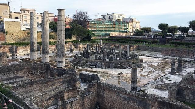 Eine Ruine mit römischen Säulen.