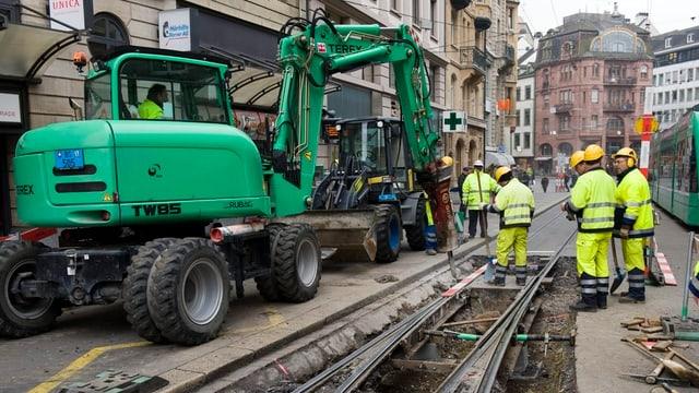 Gleisarbeiten in der Innenstadt mit schwerem Gerät.