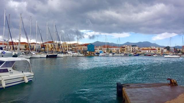 Hafen mit Segelschiffen.