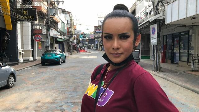 Anna in der menschenleeren Walking Street.