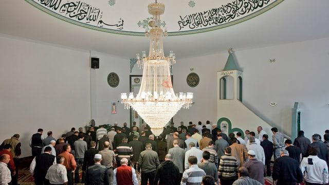 Blick in eine Moschee, mit betenden Männern.