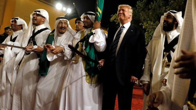 Donald Trump gemeinsam mit König Salman im Mai 2017 beim traditionellen Säbeltanz.