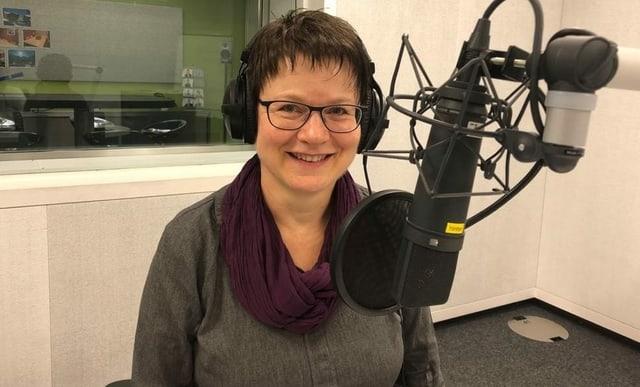 Theres Müller-Tanner sitzt im Radiostudio.