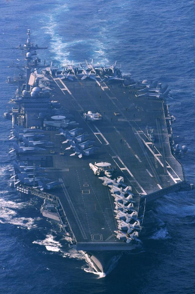 Blick aus der Luft auf den Flugzeugträger.