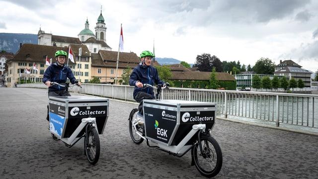 Zwei Männer fahren mit ihren Liefervelos über die Aarebrücke von Solothurn
