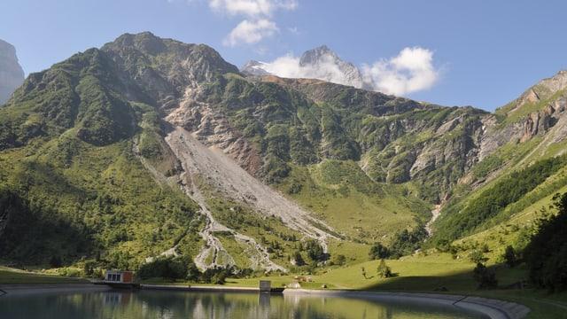 Ochsenstock mit Bergsee im Vordergrund im Hang sieht man den Felssturz.