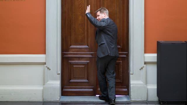 Toni Brunner hebt den linken Arm zum Gruss während er einen Sitzungsraum im Bundeshaus betritt.