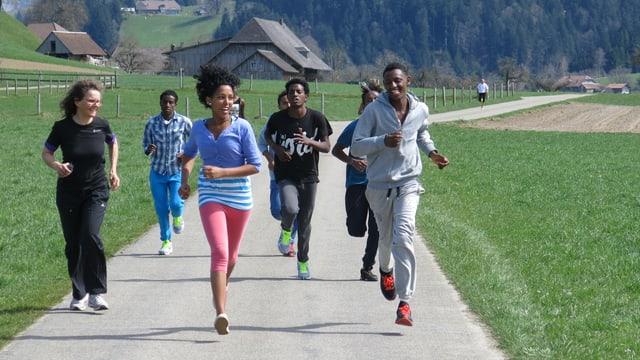 Eine Gruppe Flüchtlinge macht Laufsport.