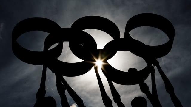Eine Statue mit den fünf olympischen Ringen, im Hintergrund der Himmel.