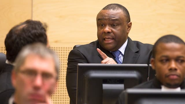 Bemba bespricht sich im Gerichtssaal. (reuters)