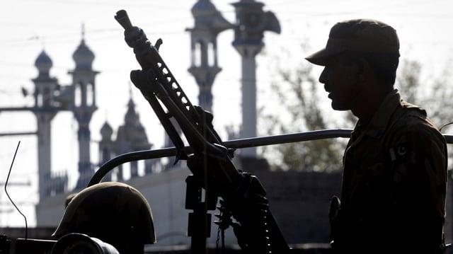 Pakistanischer Soldat mit einem Gewehr in der Hand.