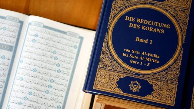 Koran auf Tisch.