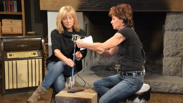 Marietta Tomaschett geht Monika Fasnacht mit dem Mikrofon zur Hand.