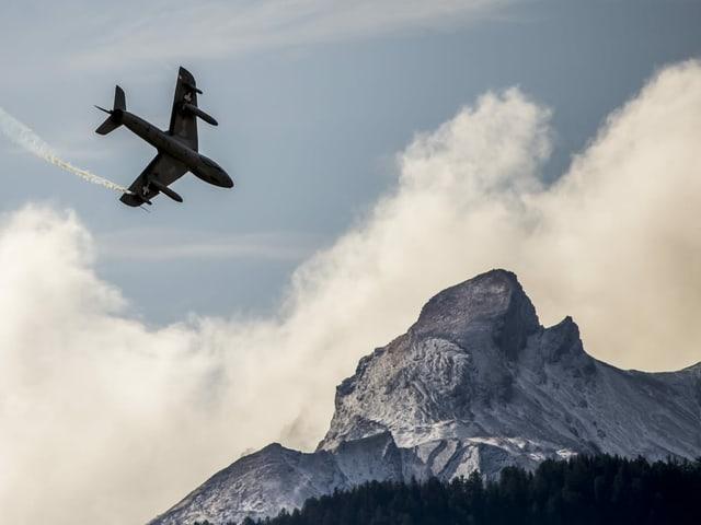 Kampfjet im Himmel mit Berg im Hintergrund